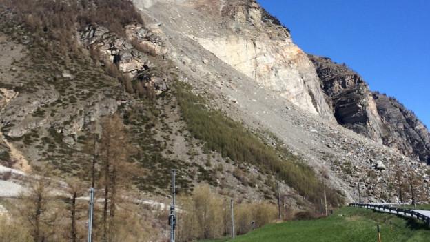 Noch immer zu sehen: Der Schuttkegel des Felssturzes.