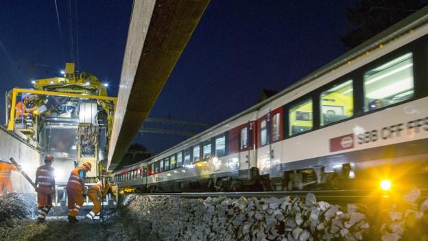 Die Gleisbauteams arbeiten auch in der Nacht.