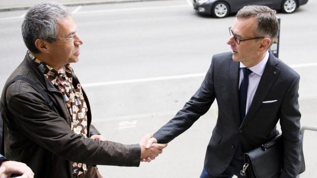 Beat Feurer (rechts) begrüsst vor dem Gericht einen Journalisten.