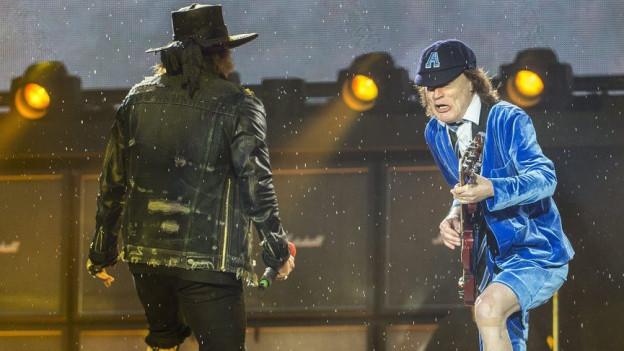 AC/DC mit Axl Rose (li.) und Angus Young im Stade de Suisse.