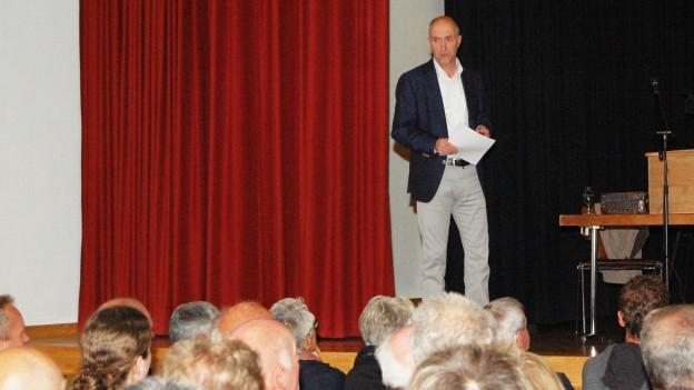 Einer gegen alle: Bernhard Antener, Vorsitzender der Begleitgruppe für ein neues BLS-Depot, focht einsam am Infoabend.