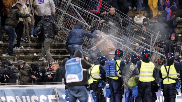 Stadion Brügglifeld Aarau im Jahr 2014: Die Polizei trennt randalierende Basler und Aargauer Fans.