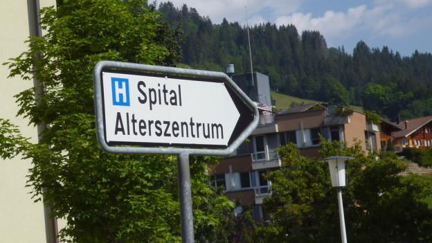 Wegweiser Richtung Spital
