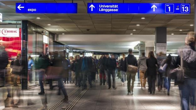 Schwierige Arbeitsbedingungen für Polizisten im Bahnhof Bern.