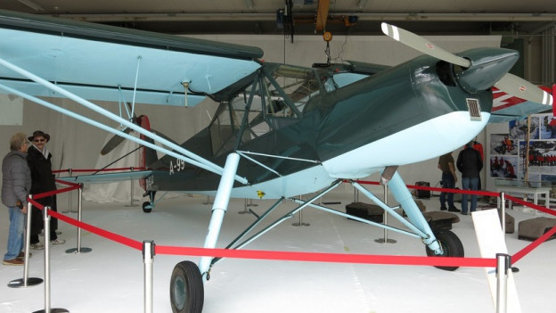 Flugzeug Fieseler Storch im Hangar