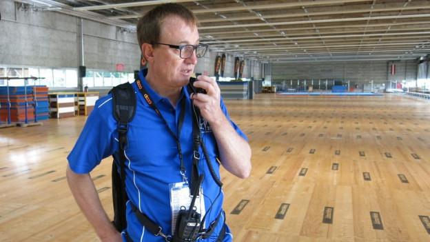 Cheflogistiker Daniel Frutig nimmt Anrufe per Handy und Funksprüche entgegen.
