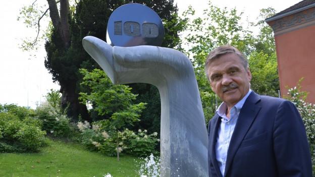 René Fasel vor dem Hauptsitz in Zürich.