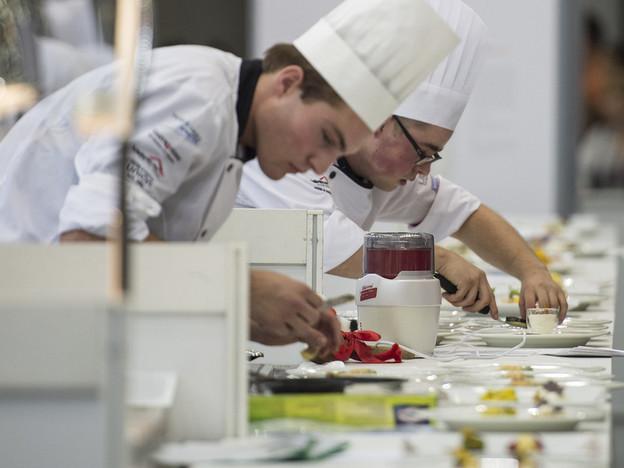 Junge Köche bei der Arbeit.