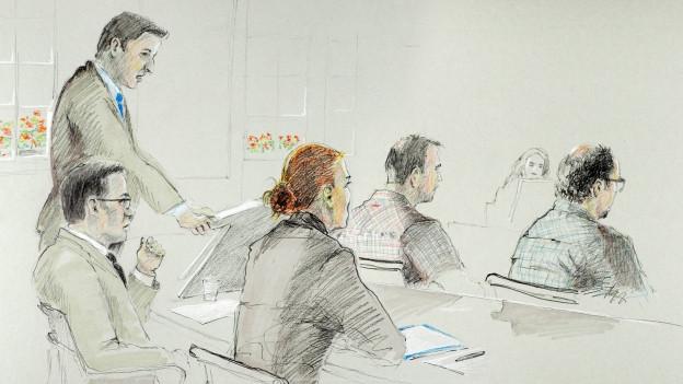 Bild in Lightbox öffnen. Bildlegende: Die beiden verurteilten Polizisten und ihre Verteidiger vor Gericht.