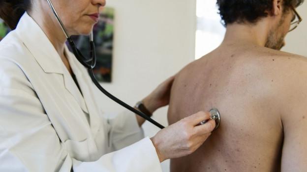 Bild einer Ärztin mit Patient.