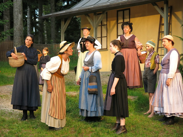 Szenerie aus dem Stück: Mehrere Frauen reden zusammen