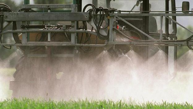 Spritzmaschine im Einsatz auf einem Feld.