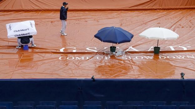 Gewohntes Bild diese Woche: Platz abgedeckt – Regen.