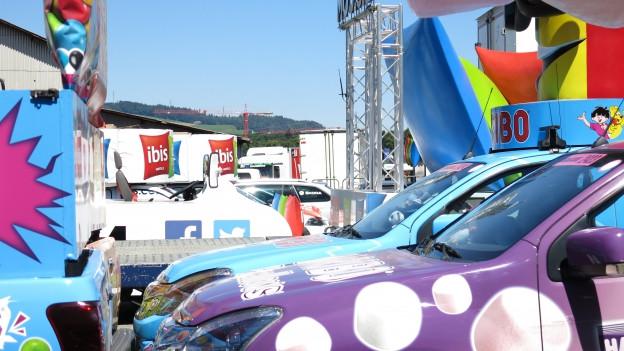 Nicht nur die Fahrer, auch die Fahrzeuge der Werbekarawane «ruhen» am Dienstag.