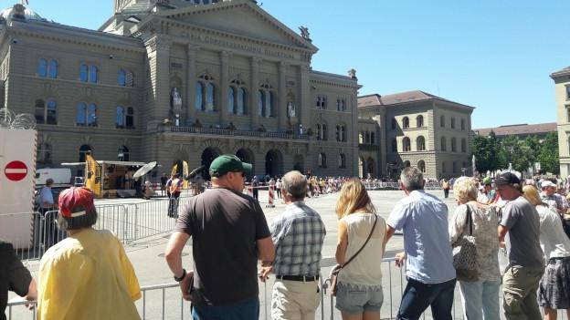 Warten auf die Tour de France vor dem Bundeshaus
