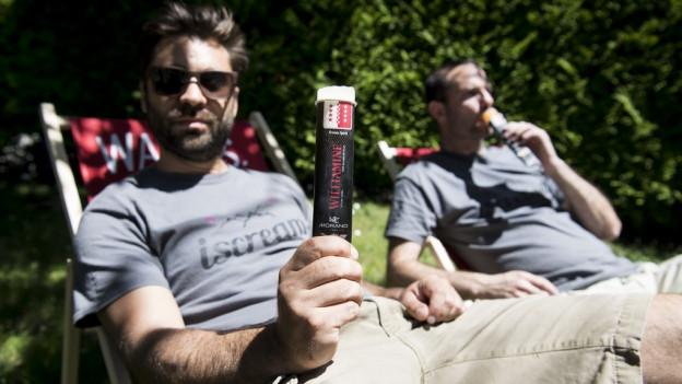 Gründer des Wein- und Schnapsglacé halten ihre Glace in die Kamera.