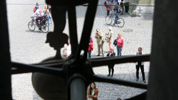 Der Blick der Zytglogge-Figuren auf die Gasse in Bern