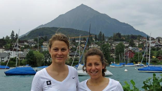 Portrait Maja Siegenthaler und Linda Fahrni in der Spiezer Bucht am Thunersee, im Hintergrund der Niesen