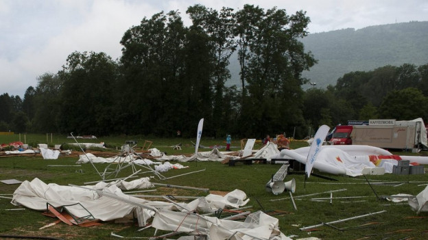Zerstörte Zelte liegen auf dem Festivalgelände in Biel/Ipsach