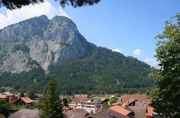 Das Dorf Wimmis mit der Simmenfluh im Hintergrund.