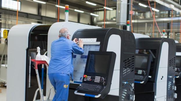 Ein Mann arbeitet an einer Drehmaschine