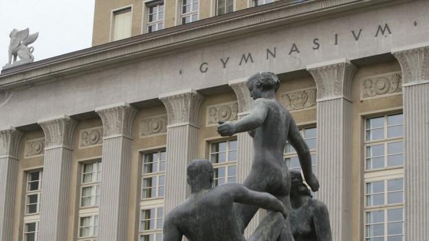 Skulpturen vor Kirchenfeld-Gymnasium in der Stadt Bern.