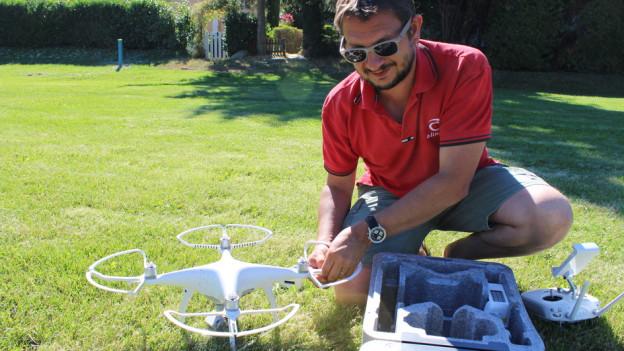 Kursleiter Frédéric Hemmeler stellt die Drohne für die Teilnehmer des Kurses zusammen.