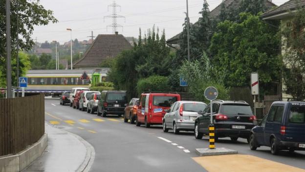 Der Bahnübergang in Kerzers ist ein ständiges Ärgernis für die Bewohner.