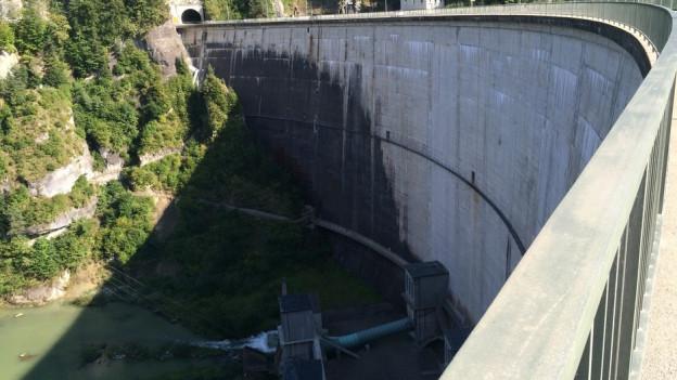 Schleusen auf: Die Staumauer Rossens erzeugt am Mittwoch und Donnerstag ein künstliches Hochwasser.