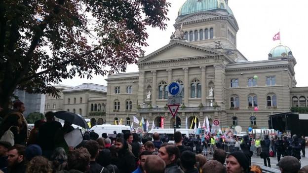 Demo und Gegendemo vor dem Bundeshaus. Dazwischen ein Grossaufgebot der Kantonspolizei Bern.
