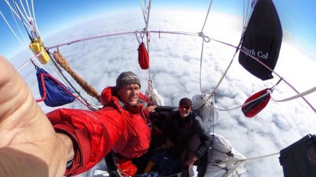 Die Piloten müsseDie Piloten müssen mehrere Tage im Ballon aushalten.n mehrere Tage im Ballon aushalten.