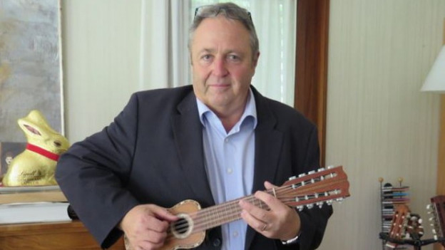 Marcel Maurer besitzt verschiedene Gitarren aus aller Welt.