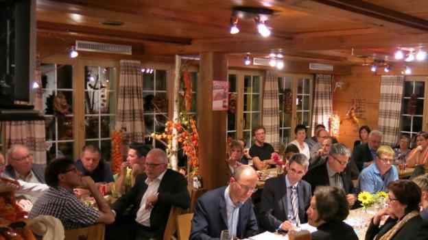 Blick in die volle Gaststube vom Restaurant «Zum brennenden Herz»