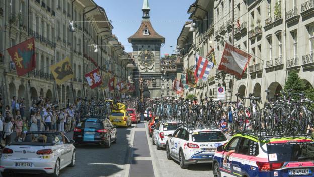 Verursacht Zusatzkosten wegen der Sicherheit: Der Tross der Tour de France in der Berner Altstadt.