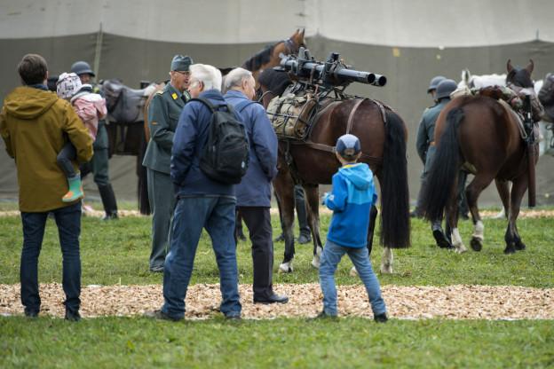 Zuschauer verfolgen das Geschehen der Kavallerie beim Grossanlass «Thun meets Army».