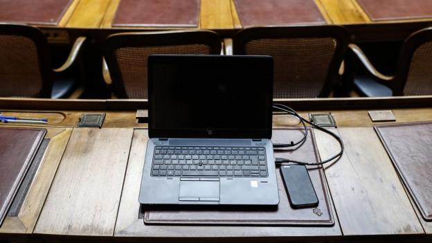Laptop auf Parlamentarierpult.