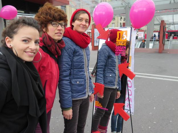 Aktivistinnen gegen Gewalt an Frauen zeigten sich am Freitag auf dem Bahnhofplatz.