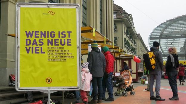 Ein Plakat mit der Aufschrift: Wenig ist das neue Viel.