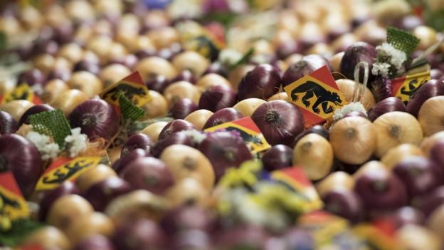 Zwiebeln in der Auslage.