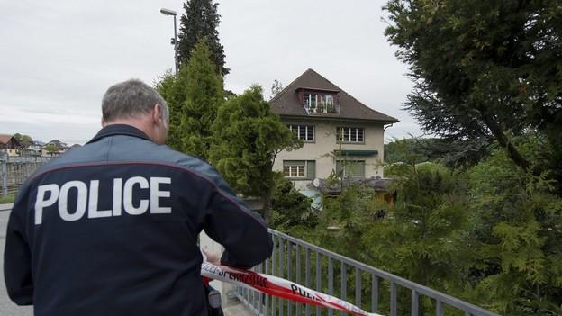Ein Polizist sicherte den Tatort beim Kinderheim in Spiez.