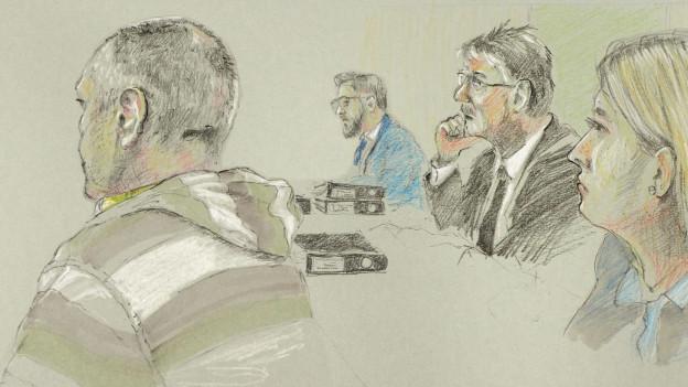 Der Angeklagte (links) während des Prozesses.