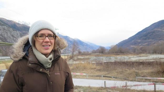 Laura Schmid vom WWF Oberwallis steht neben der A9 in Susten.