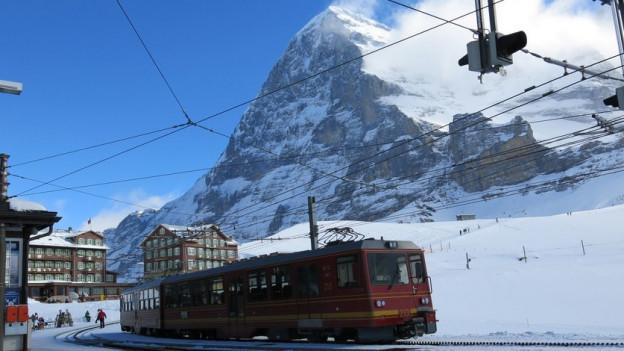 Auf dem Weg auf das Joch: Zug der Jungfraubahnen bei der Kleinen Scheidegg