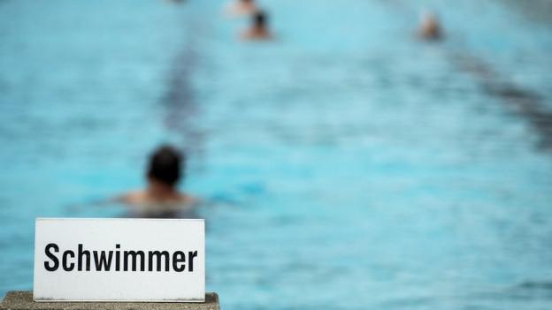 Schwimmbecken mit Schild «Schwimmer»