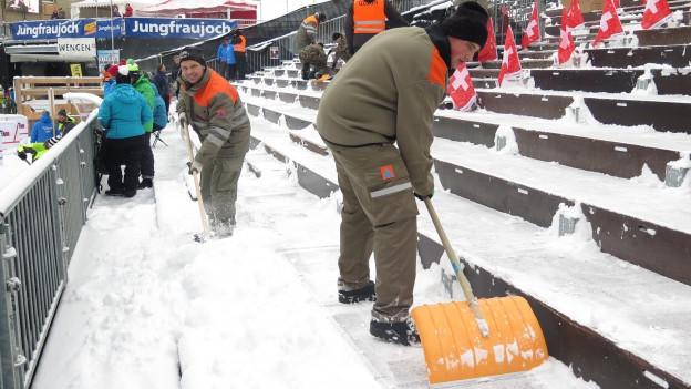 Schneeschaufeln für die Rennen am Lauberhorn: Zivilschützer am frühen Freitagmorgen an der Arbeit.