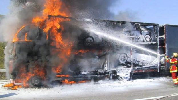 Feuerwehr brennendes Auto