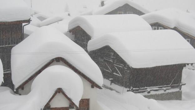Verschneite Häuser