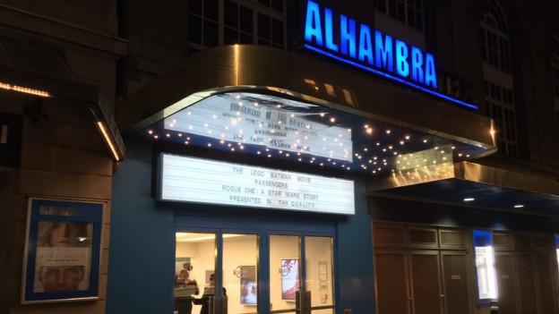 Eingang Kino Alhambra in der Nacht