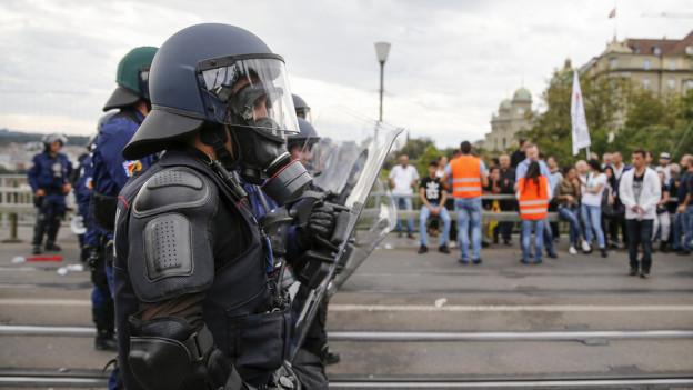 Die Polizei musste bei den gewalttätigen Auseinandersetzungen am 12. September 2015 einschreiten.