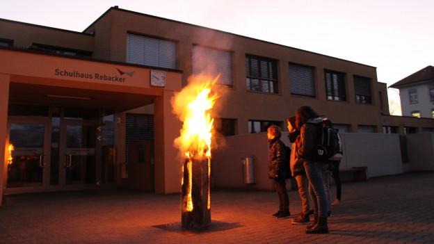 Ein Feuer empfängt die Schülerinnen und Schüler.